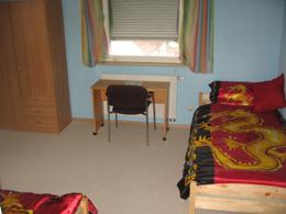 Ausschnitt des Zimmers 'Bateson' mit zwei Einzelbetten