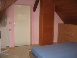 Ausschnitt des Zimmers 'Perls' mit Türe, Schrank und Heizung.