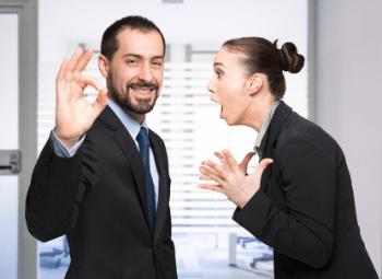 Mann wird von einer Frau angeschriehen und lacht