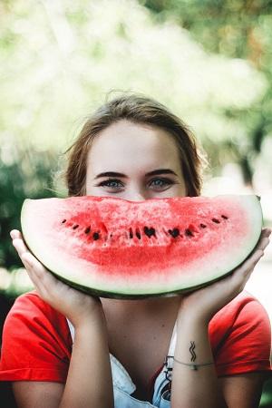 Lachendes Kind mit Melonenstück