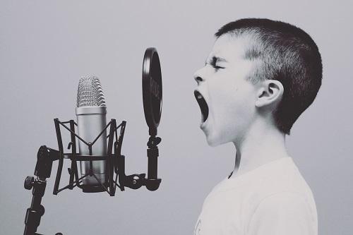 Junge im Tonstudio