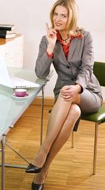 Vera Mickenbecker auf Stuhl sitzend
